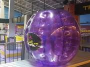 マニラのトランポリン・パークで新サービス「バブルボール」始まる